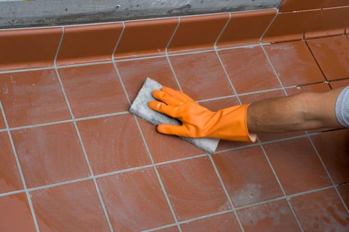 Задача затирки – придать плиточной кладке завершённый вид, а кроме того, не пропускать в глубину швов влагу, которая может разрушить клей