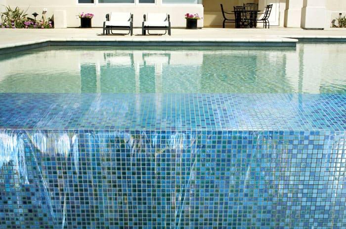Если добавить в состав эластификатор, Ceresit СЕ 35 Super отлично покажет себя в открытом бассейне