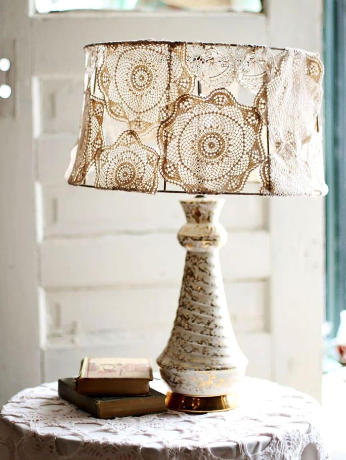 Если на каркас нашить связанные крючком салфетки, получится нежная лампа, подходящая к стилю кантри