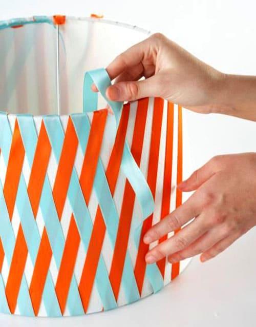 Ленты, переплетаясь между собой, создают красочный геометрический узор