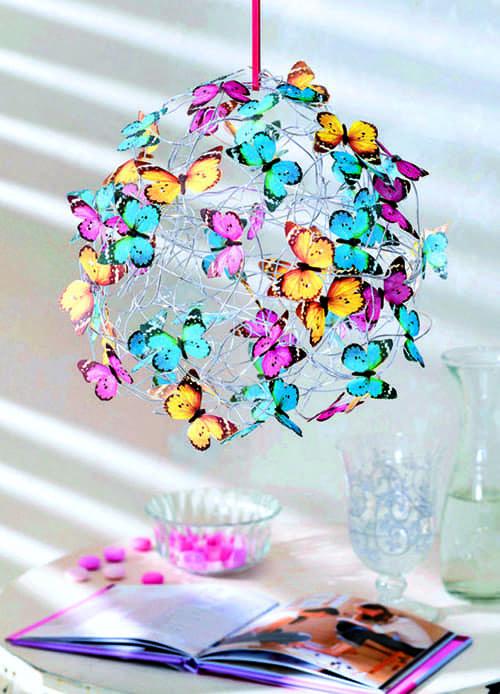 Бабочки, распечатанные на принтере, или купленные в магазине станут очень милым украшением плафона