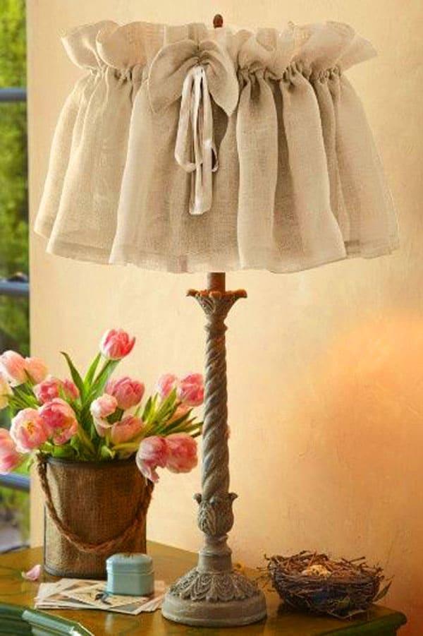 Тонкая ткань под мешковину становится шикарным материалом для декора плафона. Достаточно оформить нижние границы изделия и собрать ткань поверху