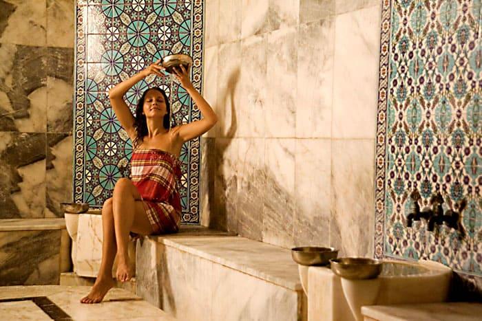 Организм очищается от токсинов и солей. Поэтому страдающим ревматизмом турецкая баня очень и очень полезна