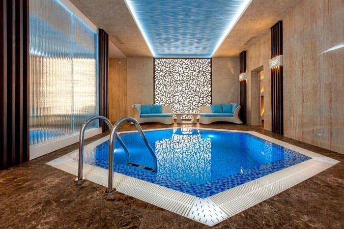 В бассейн, как бы он не манил, тоже резко опускаться нельзя, перепады температур будут губительны