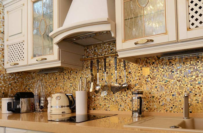 Оригинальный фартук кухню не испортит, золотые вкрапления дополнительно освещают пространство