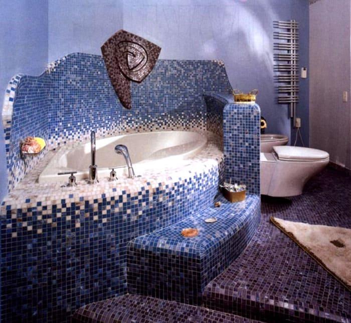 Ванна, благодаря мозаичному покрытию, приобретает восточный колорит
