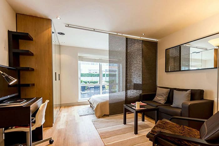 Для студии лучше всего выбирать белый потолок: натяжным он будет или окрашенным, главное, чтобы общий фон был светлым