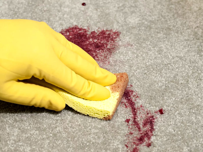 Чтобы пятнышко не стало застарелым, с которым будет сложно бороться, процесс очистки не затягивают
