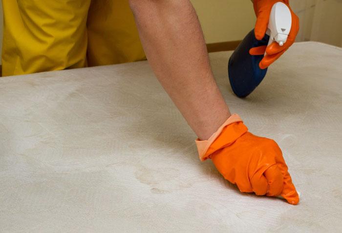 Все принципы очистки остаются теми же: холодная вода, нанесение состава на губку, обработка пятна к центру от краёв, смывка средства влажной губкой