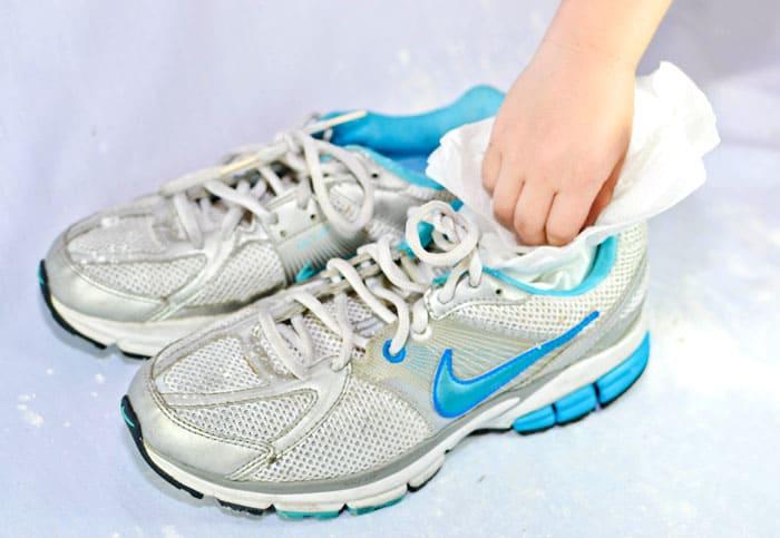 Можно набить изделие белой бумагой. Это сохранит форму обуви, а бумага заберёт всю влагу себе. Газеты для этой цели никак не подойдут, если только вы не собираетесь потом читать её в виде отпечатка на внутренней стороне обувки