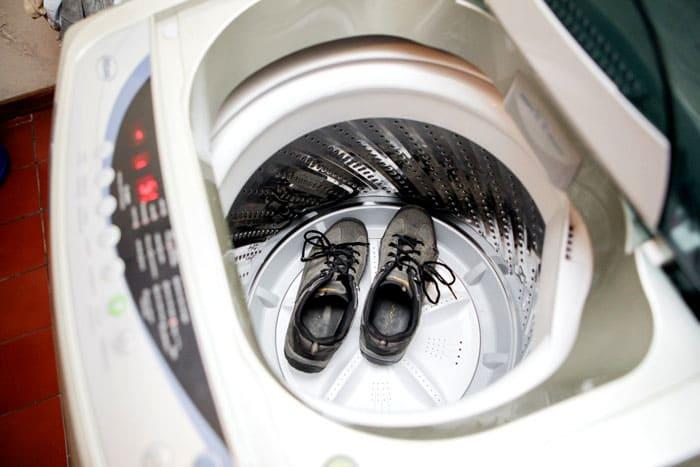 Если обувь уже повреждена, машинка завершит начатое повреждение и может напрочь испортить кроссы. Поэтому перед каждой стиркой не ленимся внимательно изучать состояние любимой пары