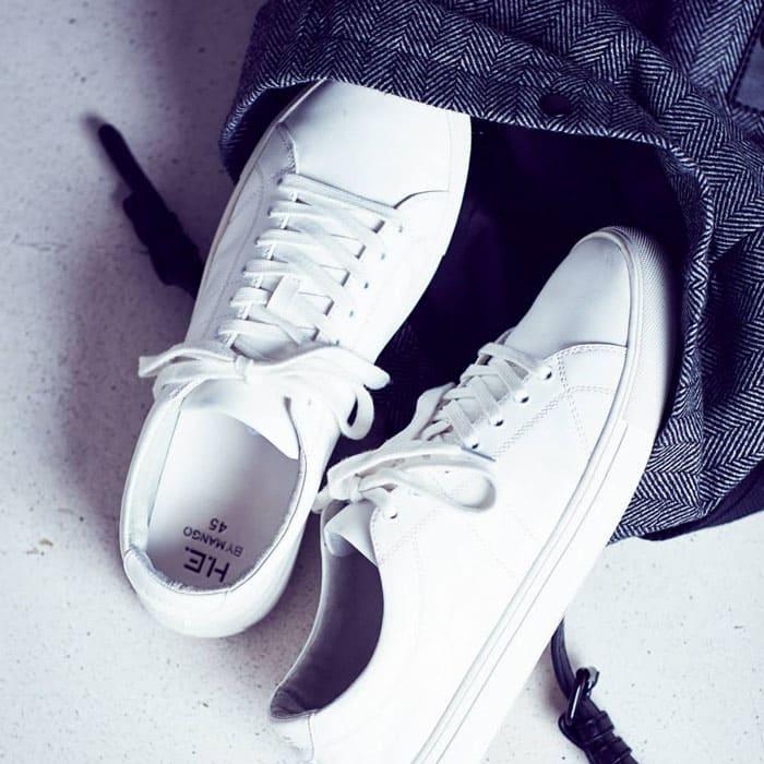 Для белых кроссовок следует добавить немного бесхлорного отбеливателя