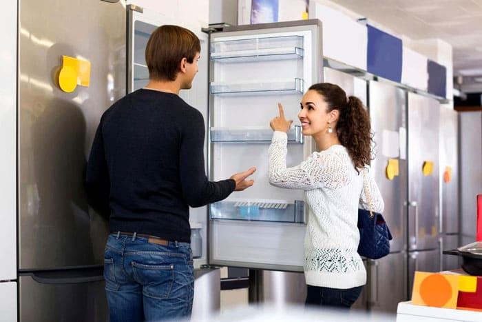 Больше всего вариаций у высоты холодильников. В основном, учитывается среднестатистический рост человека. Пользоваться агрегатом должно быть удобно и низкому, и высокому человеку