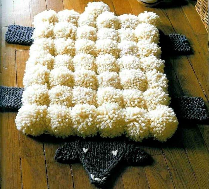 Такой необычный коврик будет лежать на полу, если приложить к этому немного усилий