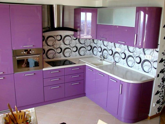 Однотонная кухня не покажется скучной, если использовать дополнительные оттенки основного цвета в оформлении помещения. Можно поиграть с текстурой и фактурой при оформлении и подборе декора