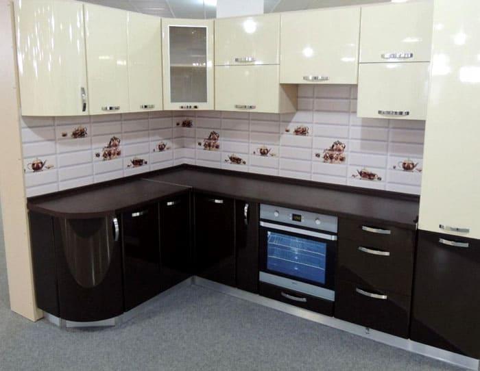Кухни из МДФ оформляются с помощью эмалей, акрила, ПВХ-плёнки, шпона и пластика. Именно такой материал может быть использован при изготовлении гнутой мебели или фрезерованного фасада