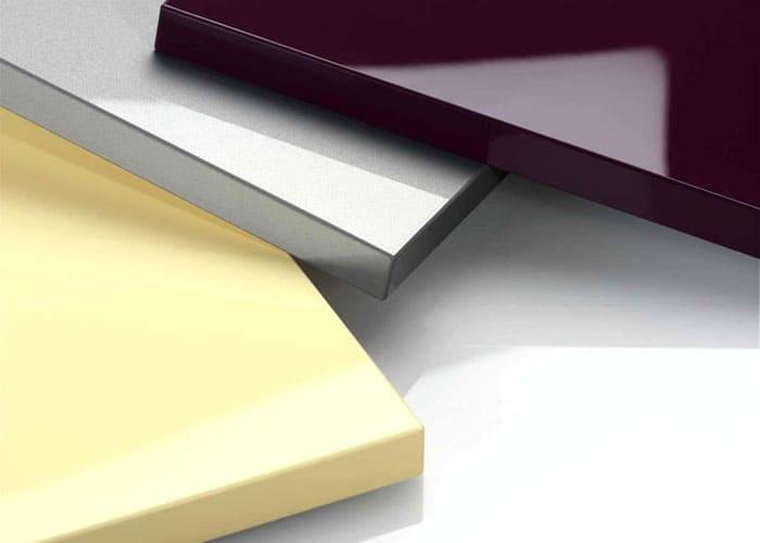 Ещё один вариант окантовки предполагает использование акриловой кромки. Это прозрачная лента, причём, весьма прочная и незаметная. Стоимость такой окантовки достаточно высокая