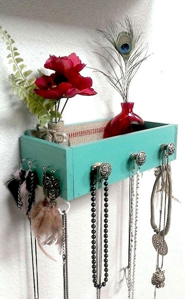 Повесить подобный ящик можно в любой комнате