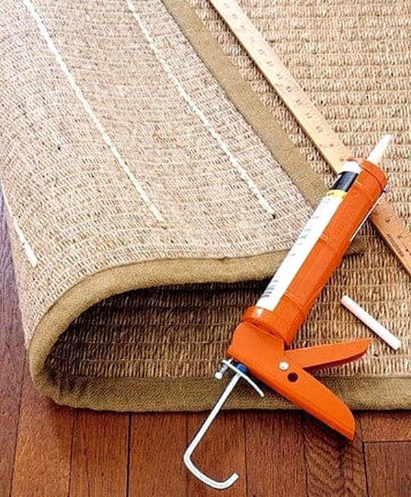 Скользящий коврик не будет таковым, если с изнанки нанести несколько горизонтальных линий силикона