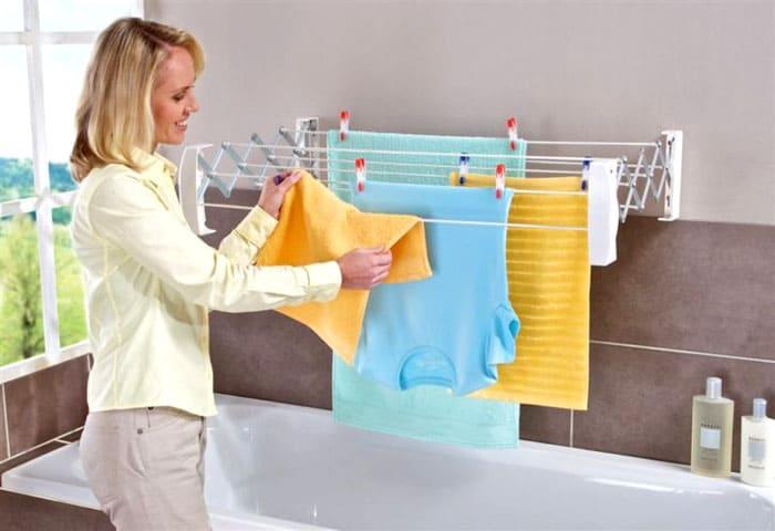 Кому надоело свисающее бельё и вечные верёвки над ванной, тот может приобрести раскладывающуюся вешалку: как только вещи высыхают, она становится совсем незаметной и не портит интерьер ванной