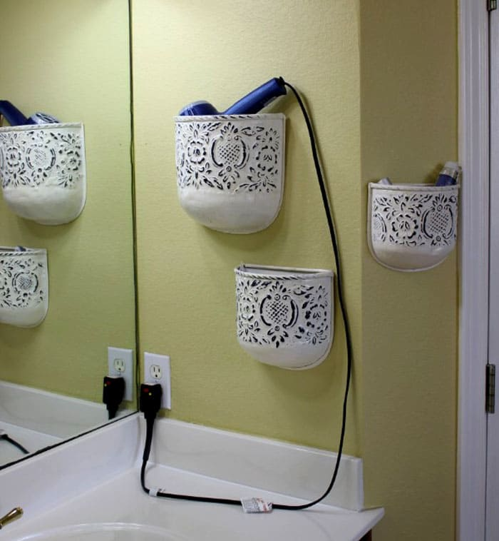 В сети магазинов, где продаётся множество товаров из Китая, есть отличные корзиночки: вот их можно определить на стену в ванной