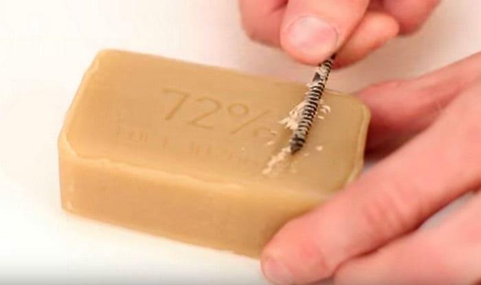 Чтобы саморезы легче вкручивались, их нужно потереть о мыло