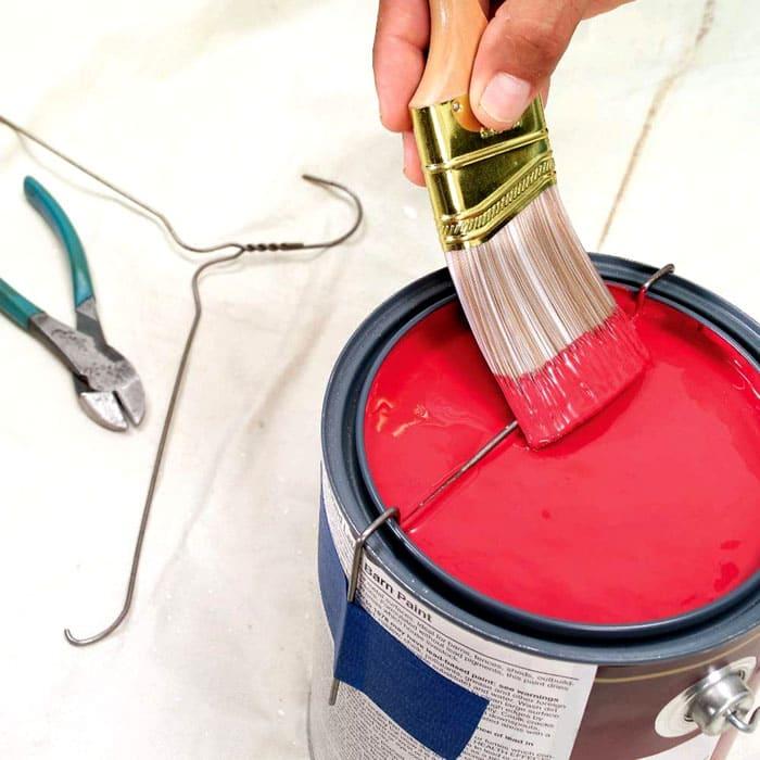 Излишки краски легко снять с помощью проволоки, надетой на банку