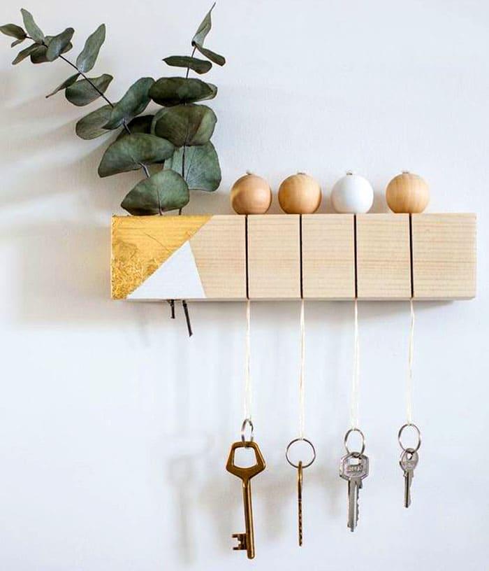 Не заморачивайтесь с повторением. Главное – разумная идея: если повесить любой брелок на цепочку или прочную нить, то с помощью деревянного узкого короба с прорезями можно хранить ключи