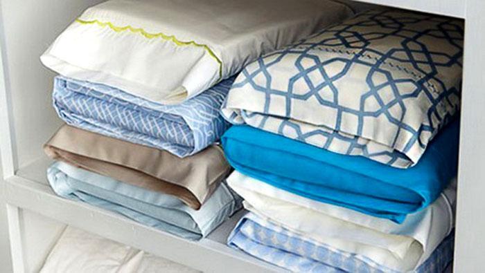 Чтобы постельное бельё в шкафу смотрелось аккуратно, а ещё его удобно было бы доставать, нужно просто хранить весь комплект в наволочке