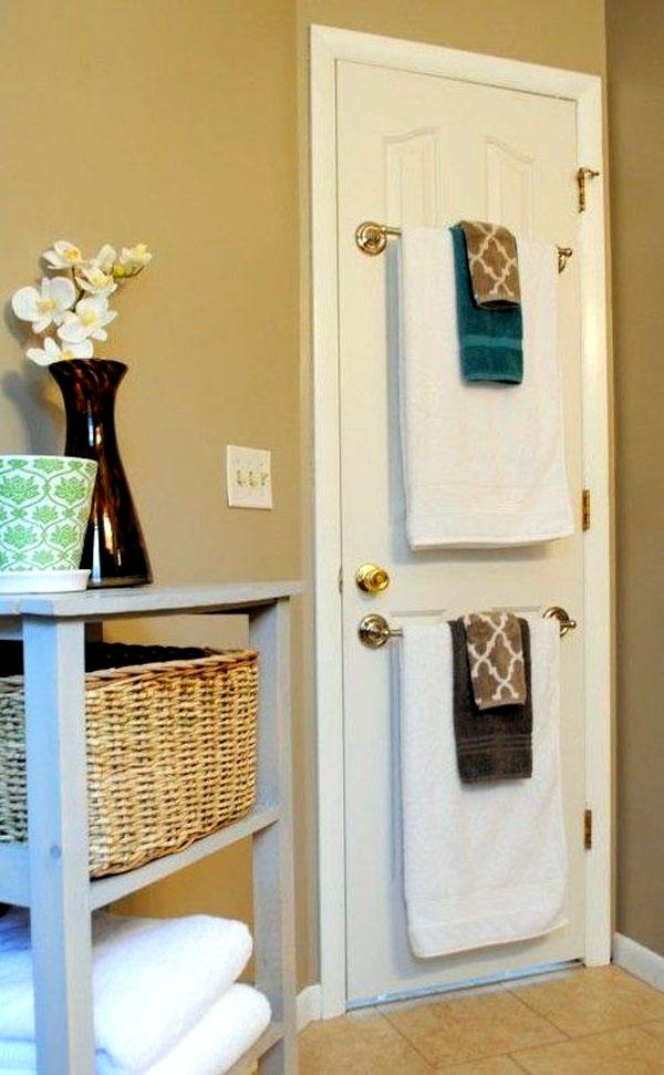 На дверях располагают удобные вешалки, размещая на них полотенца в ванной