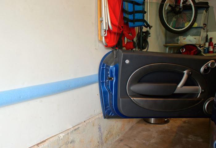 Чтобы машина не поцарапалась, боковые стены можно снабдить пенопластовой полосой
