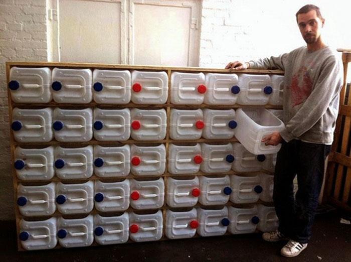 Рационально организовать пространство можно с помощью старых ненужных пластиковых канистр