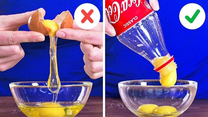 Разбиваем яйцо, желток «всасываем» целиком бутылкой
