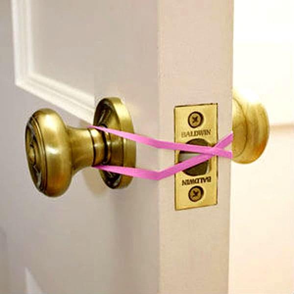 Резиночку надевают на замок и всё, дверь открывается от легчайшего толчка и не захлопнется обратно