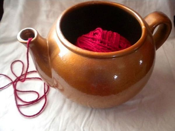 В чайничек опускаем моток, нитку протягиваем через носик: нитка ни за что не запутается и легко, без натяга тянется