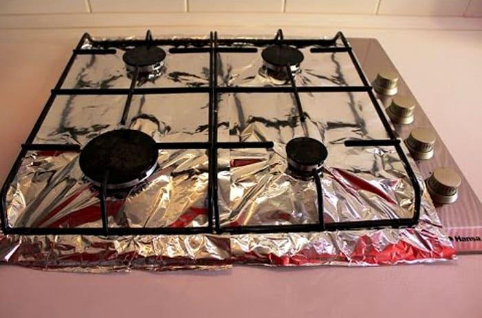 Фольга в рулонах может быть использована и так: а после окончания готовки её просто снимают и выкидывают