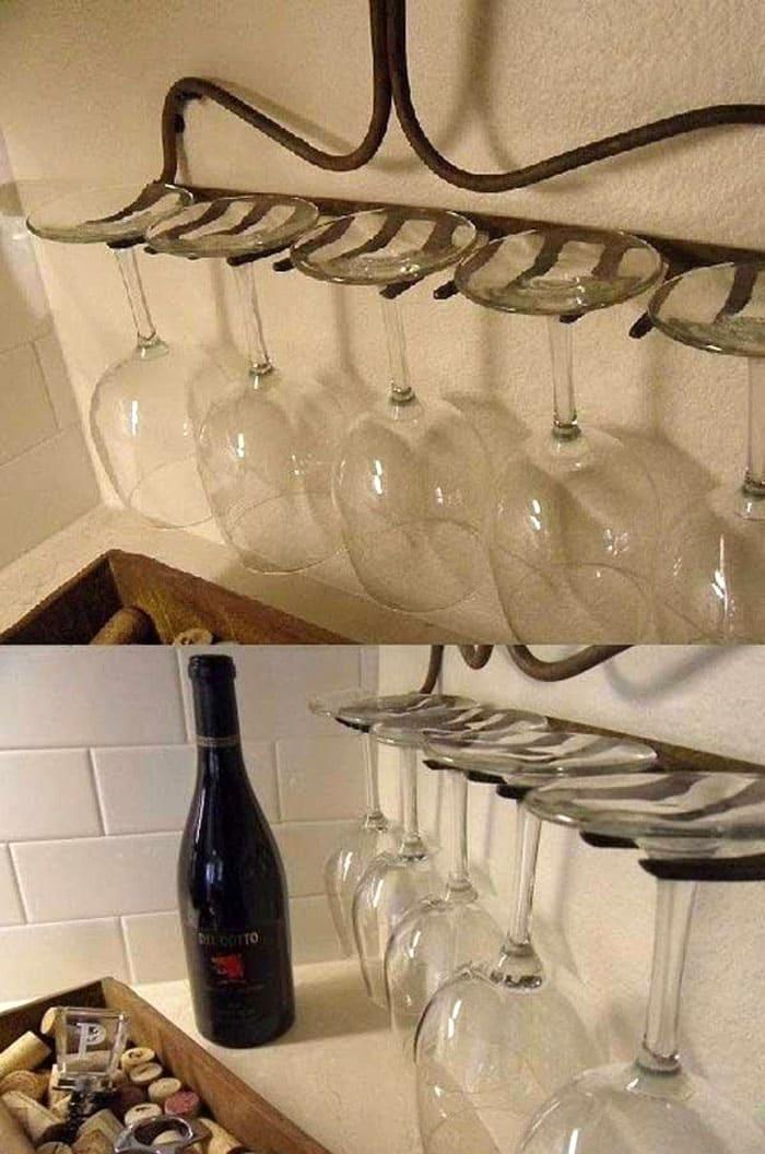 Стеклянные стаканы на таком импровизированном рейлинге смотрятся очаровательно