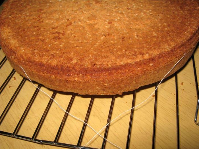 Бисквит и любую выпечку можно тонко нарезать нитью: обхватываем ниточкой в нужном месте и стягиваем её до полного разрезания