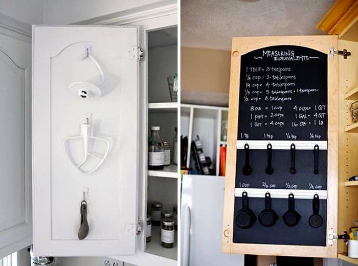 Изнутри дверки тоже вполне себе полезны: на них можно повесить рейлинги, крючки, разместить грифельную доску, на которой удобно писать меню и рецепты