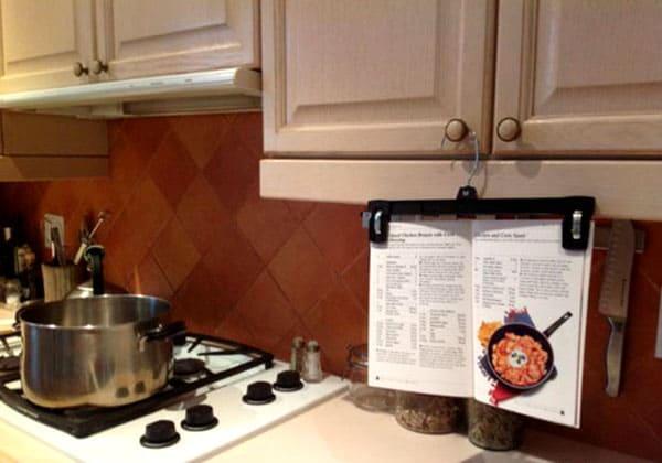 Вешалка с прищепками прекрасно послужит на кухне