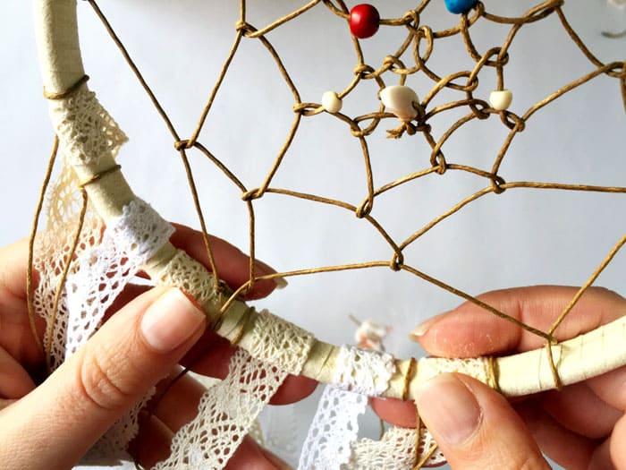 По количеству рекомендовано число три или семь: шнурки нарезают и просто привязывают к обручу
