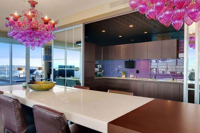 Кто жаждет сделать акцент на освещении, тот может подбирать яркие расцветки, главное, чтобы цвет не дисгармонировал с остальным дизайном помещения