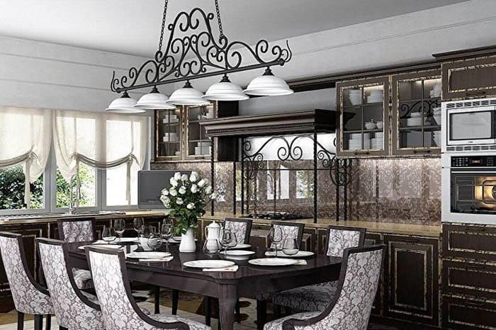 Для масштабной кухни подходят массивные объекты: канделябры, хрусталь, многоуровневые конструкции