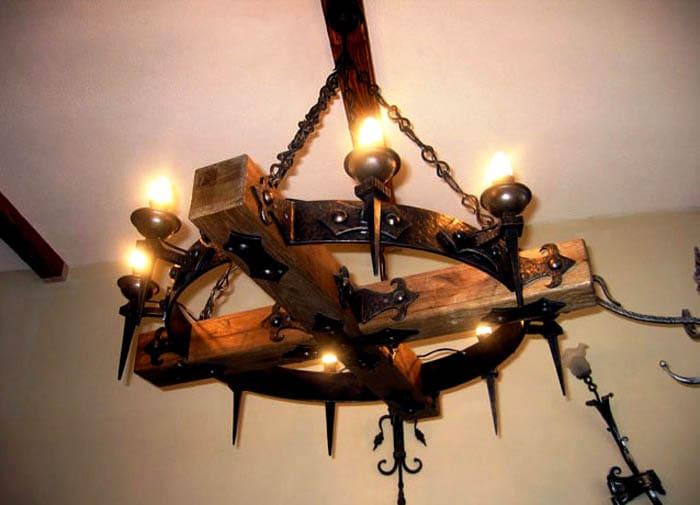 Деревянная люстра-колесо или геометрический кованый подвес впишутся в кантри с высокими потолками