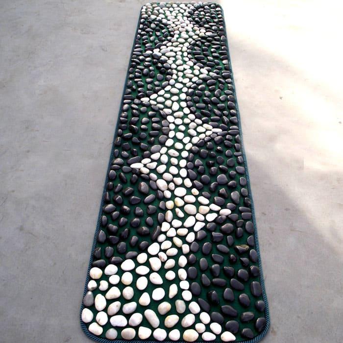 Хорошая дорожка в виде массажного коврика для ног с камнями