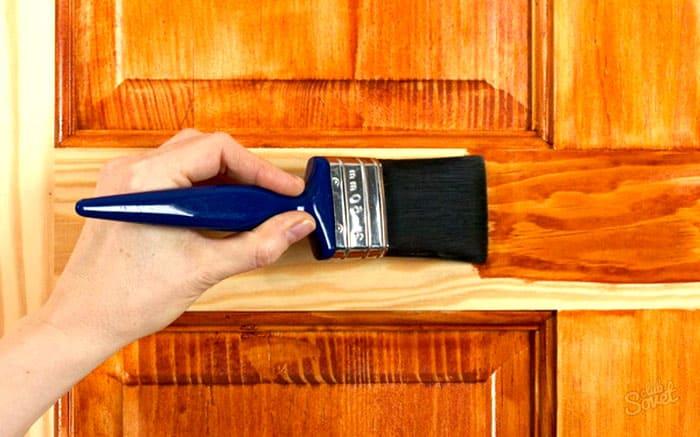 Традиционное нанесение кистью выполняется вдоль направления текстуры древесины