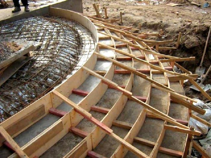 Фанера может использоваться для создания криволинейных элементов опалубки