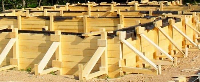 Правильно собранная деревянная опалубка из досок с крепежами и укосами