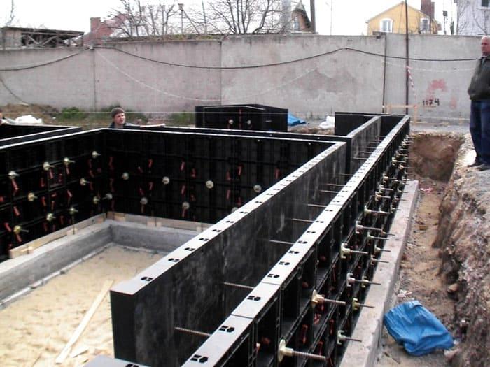Монтаж пластиковой опалубки для ленточного фундамента больше напоминает сборку конструктора