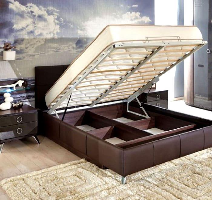 Полезное пространство внутри кровати целесообразно разделить на несколько отсеков. Если это не было сделано во время производства, рекомендуется использовать специальные ящики